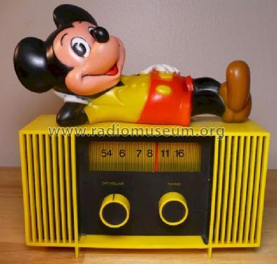 mouse_lying_on_radio_1014329.jpg