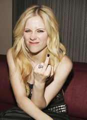 Avril Lavigne gives middle finger.jpg